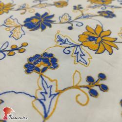 Tela de batista bordada. Estampado flor pequeña.