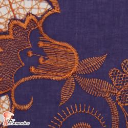 BORDADO 13. Tela de batista bordada con hilo de algodón.