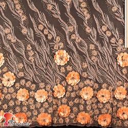 NAVAS. Tejido de tul bordado con flores sobrepuestas.